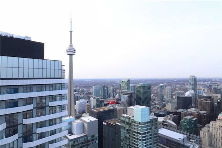 Luxurious 2 bedroom Condo CN Tower and Lake view!
