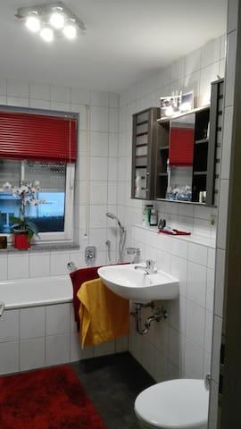 Ruhige moderne 2 Zimmer Wohnung mit Küche und Bad