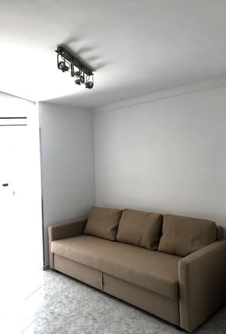 Sofá cama nuevo recién montado y luces del techo todas nuevas Mucha claridad y comodidad