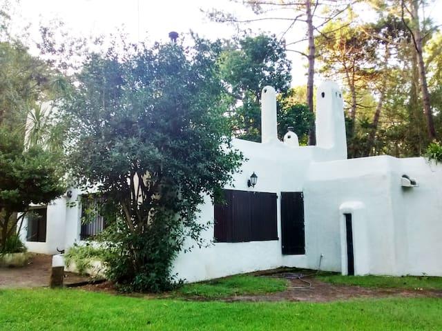 Casa de estilo construida en 1973 y cerca de todo - Cariló - House