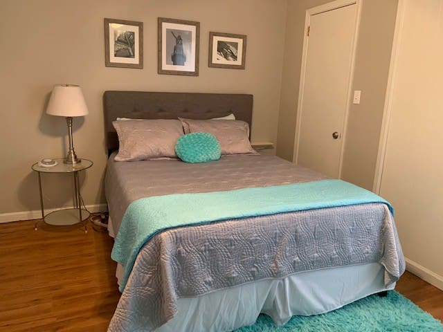 1 Bedroom Condo UAB, 5Points Queen Bed 2-4 guests
