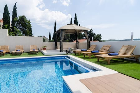 Five Bedroom Villa with Two Pools & Spa Center - Čelopeci