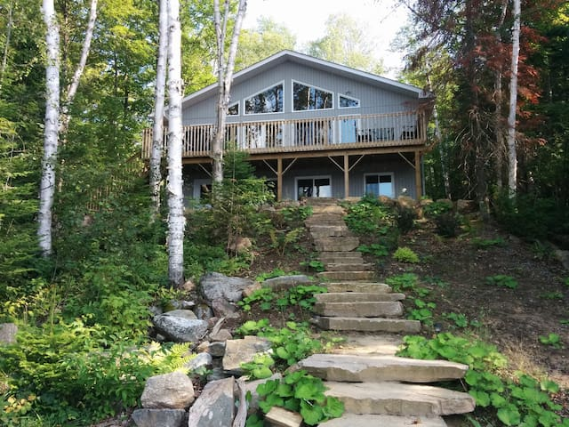 Beautiful Lakefront 4 Bedroom Cottage