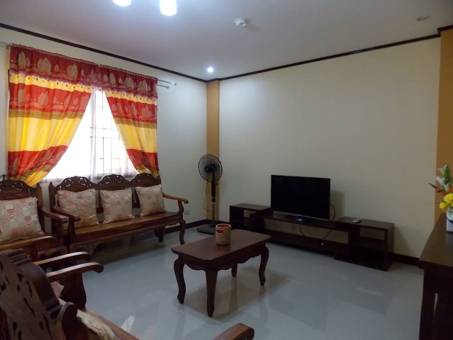 Big & spacious Living rooms w/ 40 inch TV local channels,Mahogany wood seat, console table, stand fan, smoke detector.