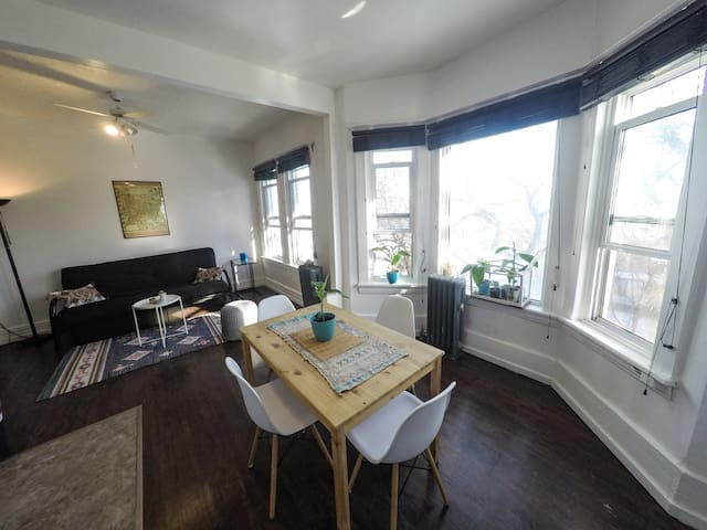 Sunny Apartment in Osborne Village