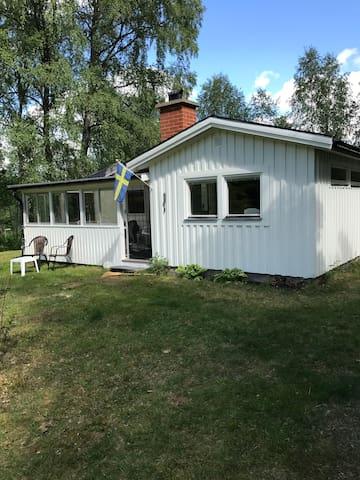 Nyrenoverad mysig stuga i Hölminge vid sjön Bolmen
