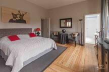 Chambre 4 d'une surface d'environ 27 m2 Lit double 180x200 Nombreux placards Bureau TV + Wifi