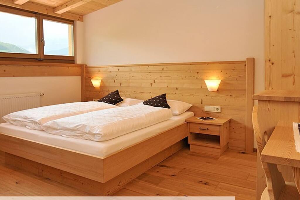 Doppelzimmer 1 mit Zusatzbett und Panoramafenster