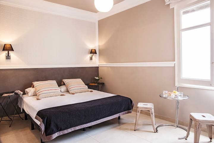 Great bedroom with bathroom inside in Eixample