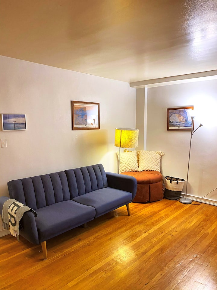 Cozy living room to stay for a week in Astoria