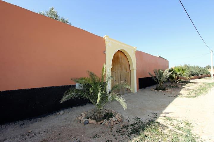 Grande maison entre mer, montagne, ville et desert