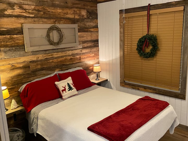 The Rustic Guesthouse - Christmas in the Country!