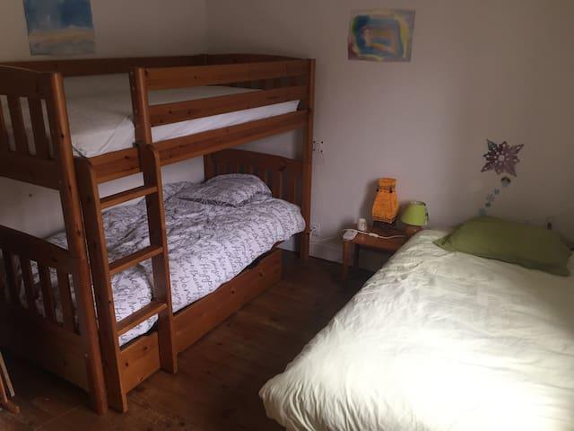 Deuxième chambre : un lit superposé en 90, un lit tiroir dessous (petit, pour enfant !), un lit simple en 90. Une table de chevet. Etagère possible.