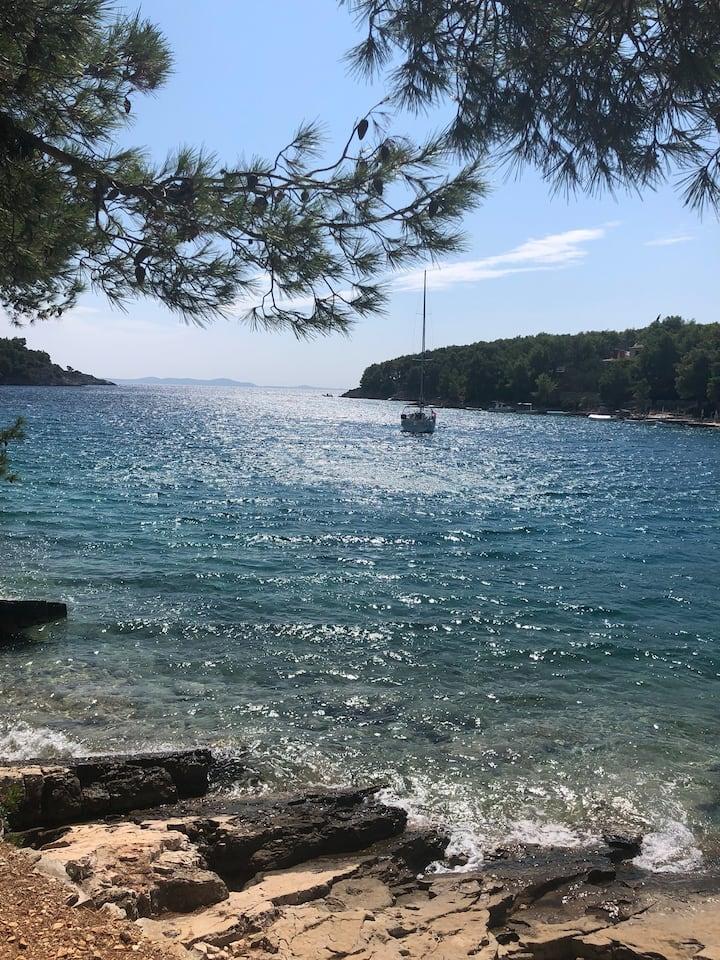 Brac, Milna, 2 minutes from beach, newly decorated