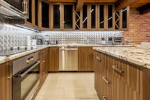 Amazing kitchen with top-of-the-line appliances