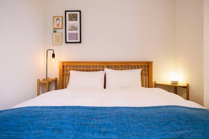 Bedroom 1 : Double bed (140 cm wide)