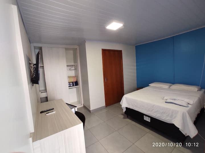 Quarto simples dentro do hotel 2247