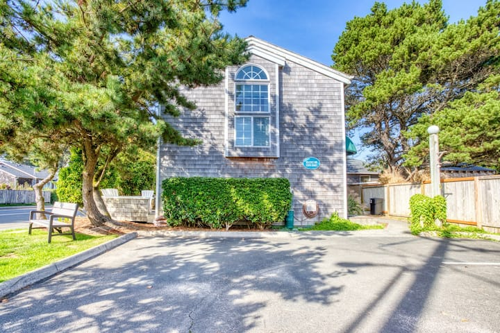 Bright & intimate dog-friendly oceanside home - walk to beach!