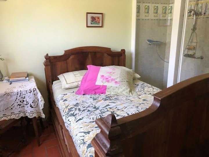 Petite chambre (lit120)avec douche privée