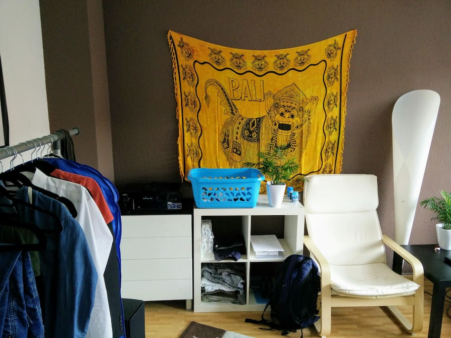 In einer Kommode, einem Regal und einer Kleiderstange sollte Deine Kleidung genug Platz finden um sie ordentlich zu verteilen.