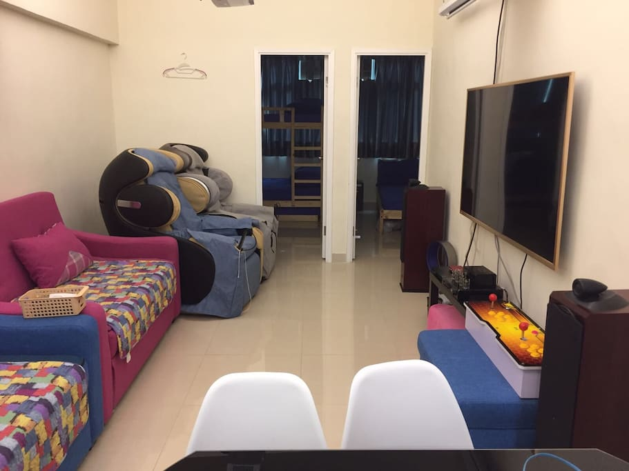Spacious Living and Dinning Room with 2 OSIM UDivine Massage Chairs . 特大客厅連兩部OSIM顶级天王按摩椅