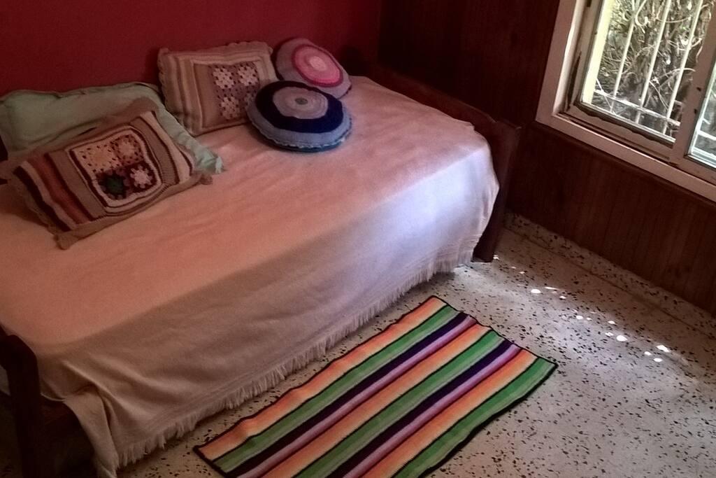 El cuarto es muy cómodo y espacioso, cuenta con cama marinera
