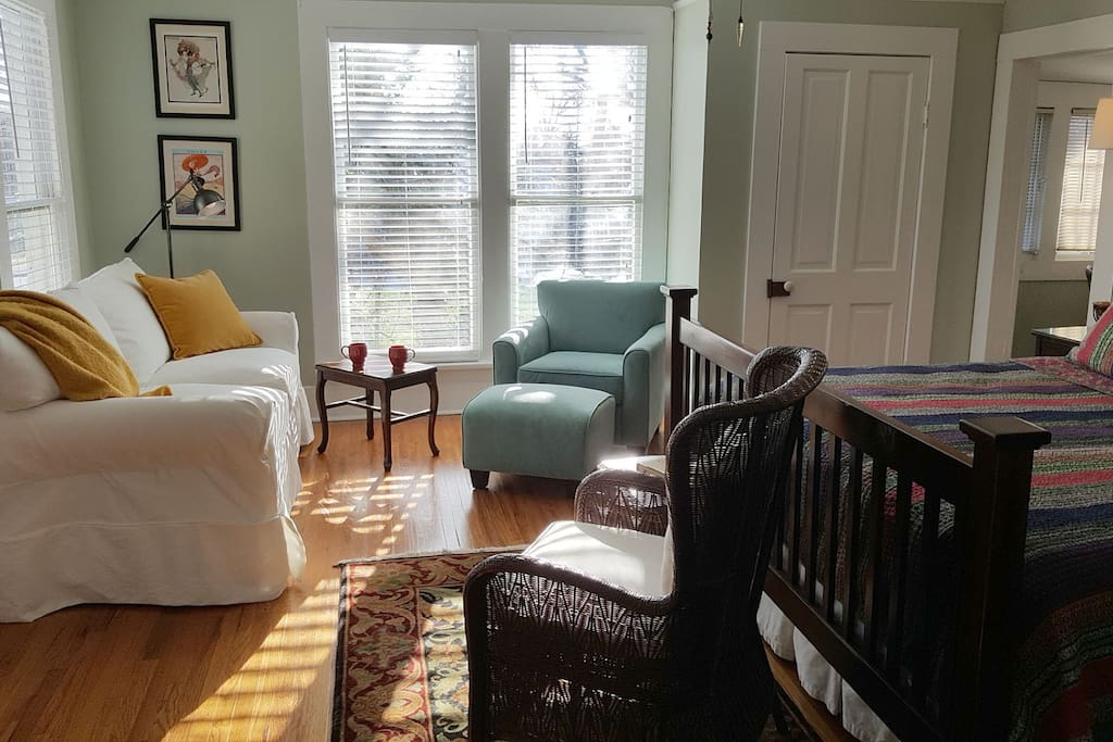 Large Open Play Living Room-King Bedroom with Cable TV & WiFi