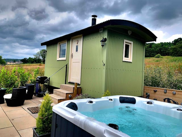 Romantic rural shepherds hut own private hot tub
