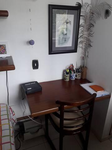 Dormitório disponível - mesa de trabalho