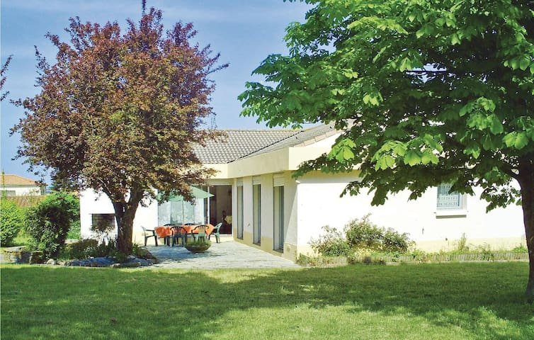 Holiday cottage with 4 bedrooms on 158m² in Vaire