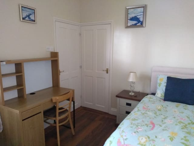 Comfortable single bedroom close to city centre