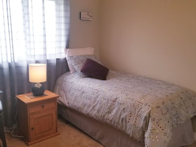 Private Room in North Edmonton (Twin XL Bed)