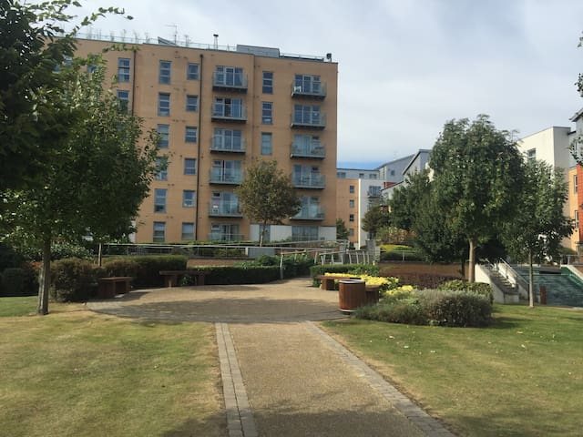 Modern & spacious apt in Sth Woodford with parking - Woodford - Daire
