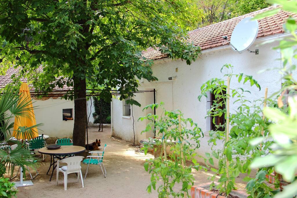 Acogedora casa de pueblo con jardin casas para alugar em for Casa jardin madrid