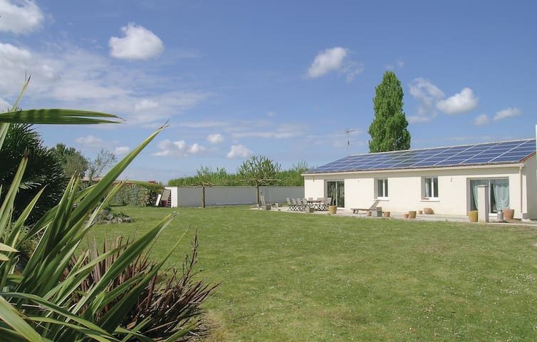 Holiday cottage with 4 bedrooms on 152m² in Montpellier d Médillan