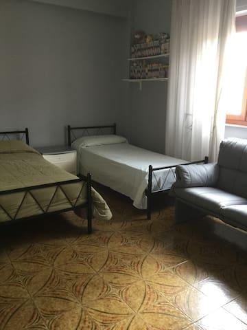 Ampia camera doppia di fronte Clinica Maddalena - Palermo - Apartament