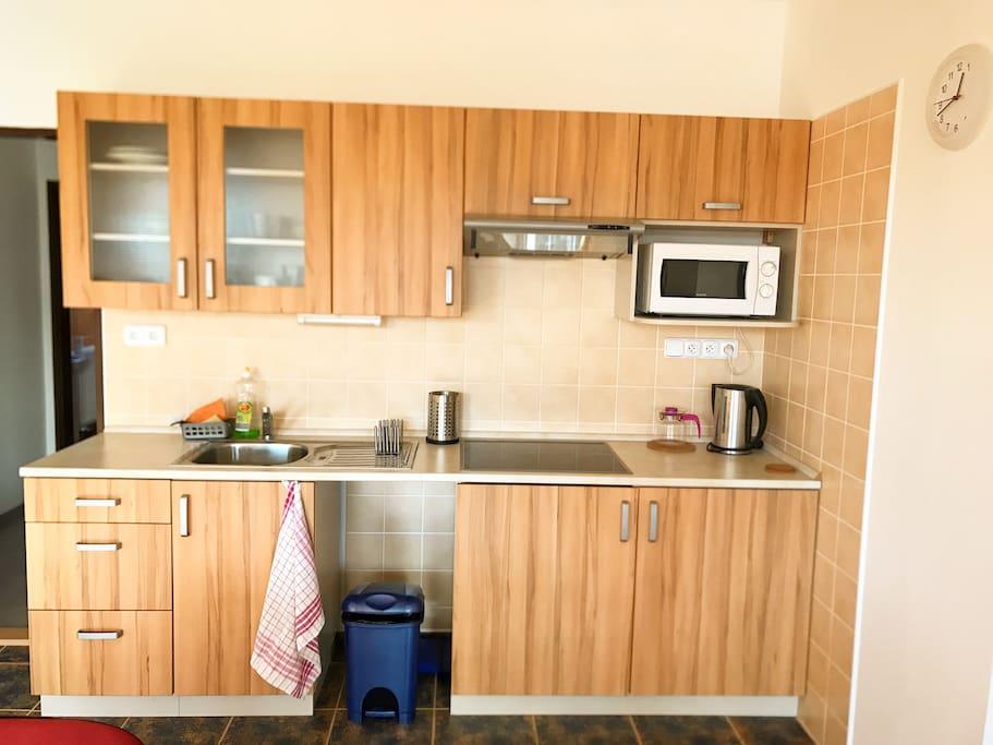 Kuchyň s příslušenstvím / Kitchen with cookware and accessories