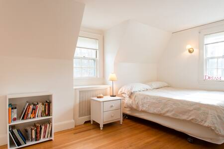 Bright queen room, shared bathroom - Winchester