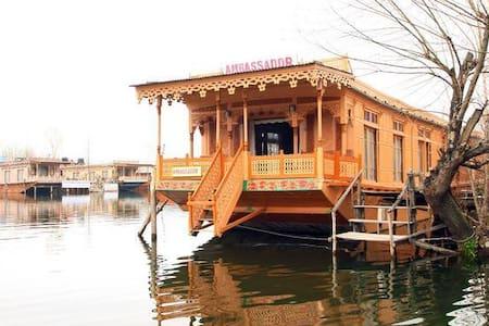 Houseboat Ambassador - 斯利那加 - 家庭式旅館