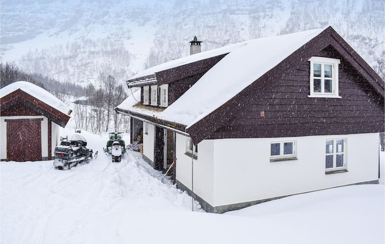 Holiday cottage with 4 bedrooms on 150m² in Aurland