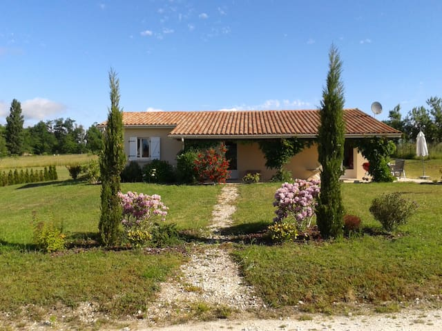 Nice villa in the Charente - Brossac - วิลล่า