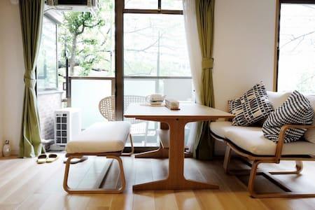 桜の樹と伴う河辺家(面对樱花树的河边公寓) - 中央区