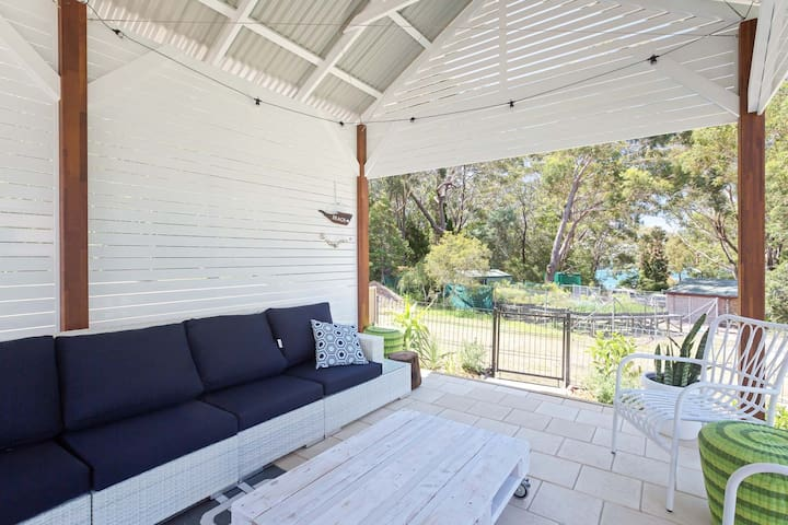 'Little Beach House' 4 James Crescent - Little Beach with air con, WiFi and boat parking!