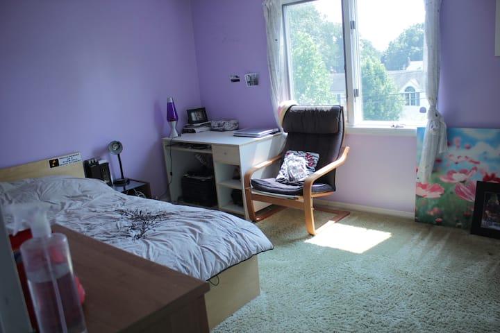 Sunny room 15 mins from New York