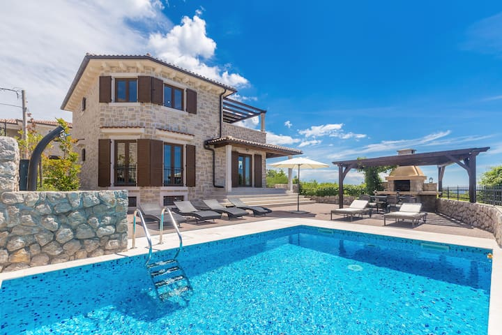 Wonderful luxury villa CAVALLO with heated pool