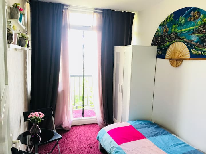Room in Utrecht with balcony & free street parking