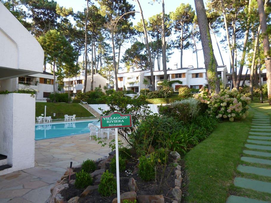 Al ingresar al Villaggio está la piscina y el camino que lleva al apto que se ve al fondo de la foto.