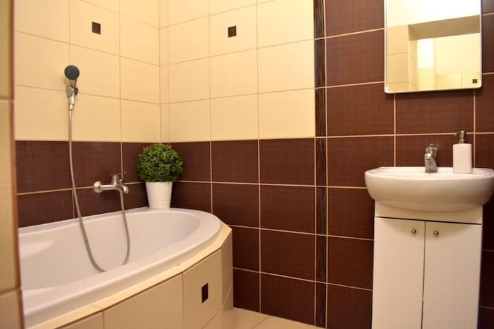 Modern, newly refurbished: GREAT CENTRAL LOCATION!