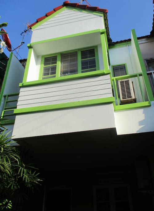 Nice newly painted townhouse with a room for you.