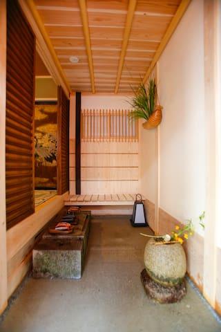 茶室の趣向を取り入れた玄関 Entrance designed with a taste of a tea ceremony room